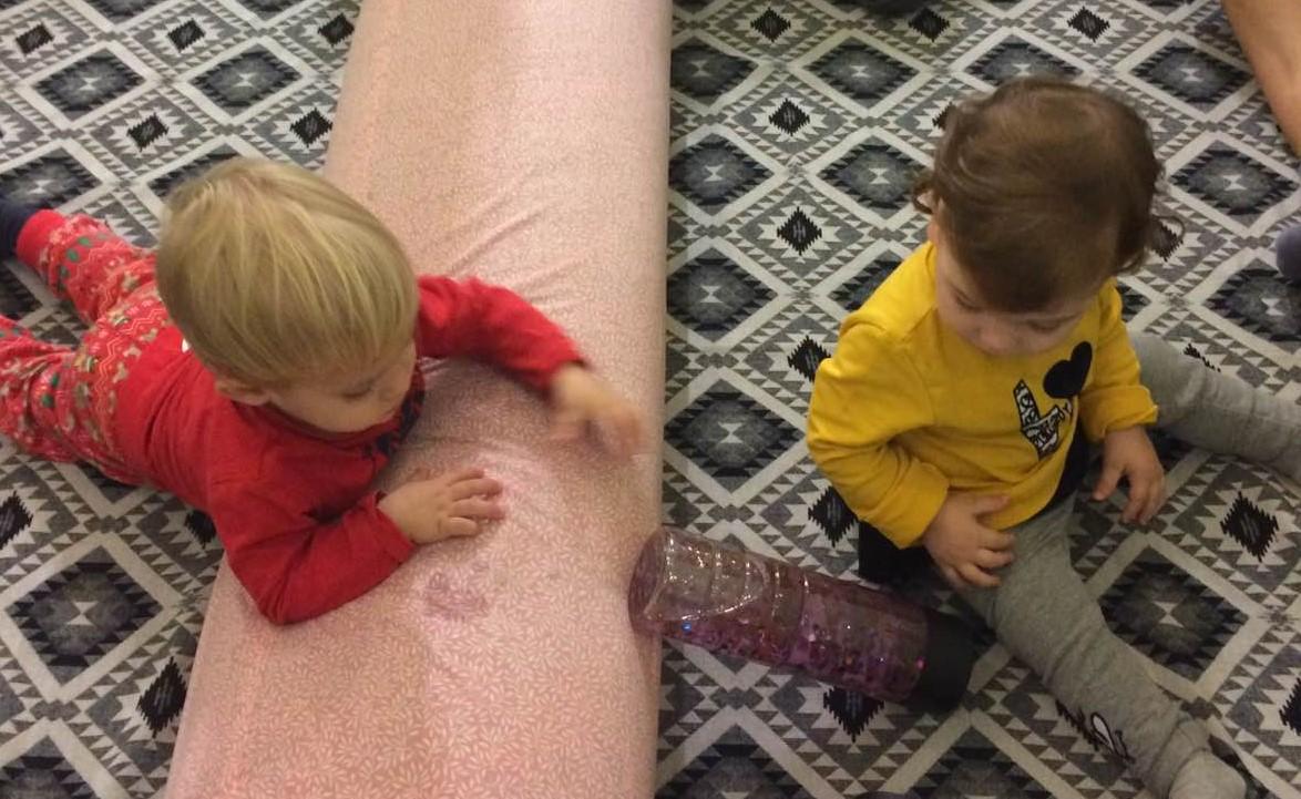 παιχνίδια στο πάτωμα